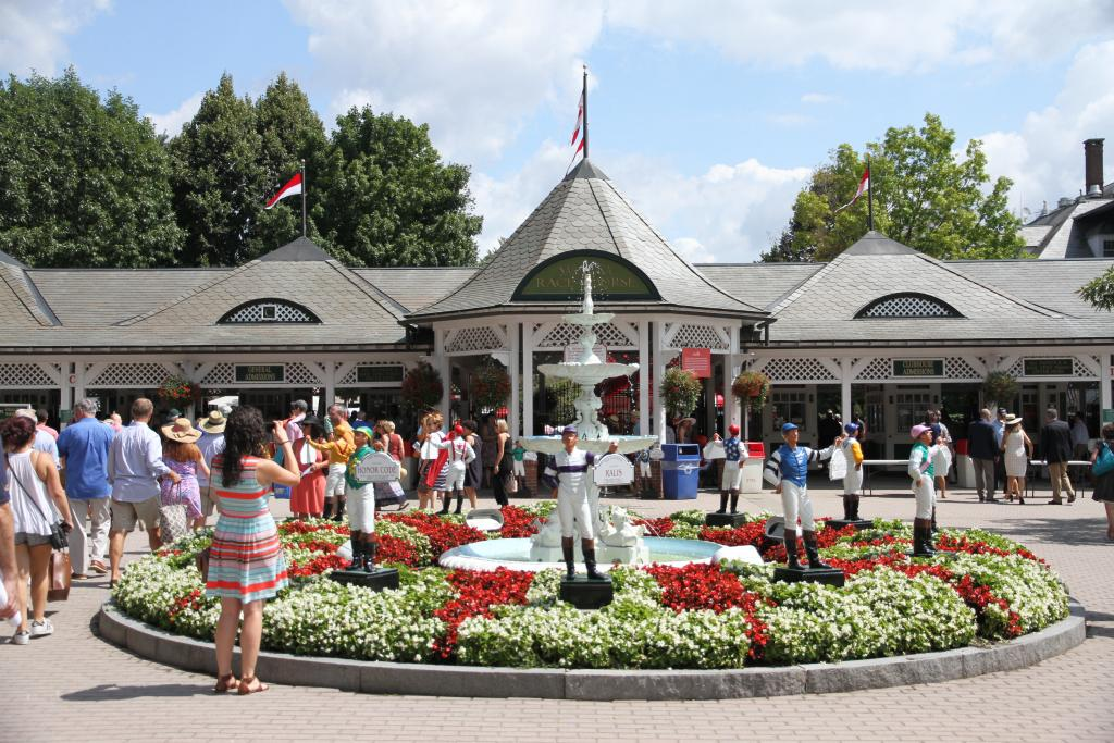 When I arrived at the track, fans were already pouring in, circling the iconic fountain near the Clubhouse entrance and making their way into the facility. (Penelope P. Miller/America's Best Racing)