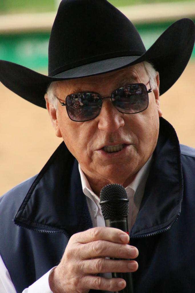 D. Wayne Lukas talks to fans. (Julie June Stewart photo)
