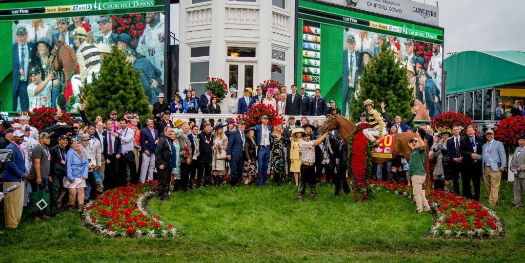 Country House with his owners, caretakers, and others in the winner's circle. (Eclipse Sportswire)