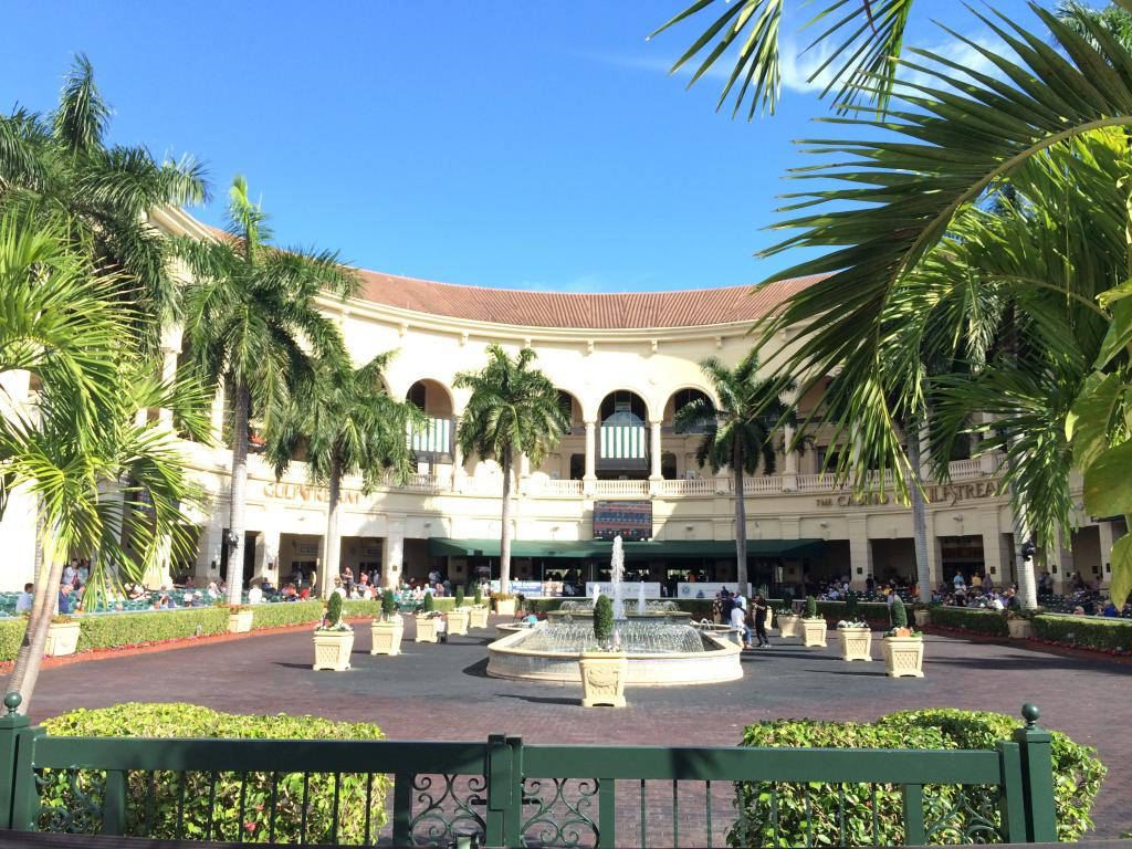 Gulfstream Park's walking ring, an entrancing and accessible space surrounded by beauty. (Julie June Stewart photo)