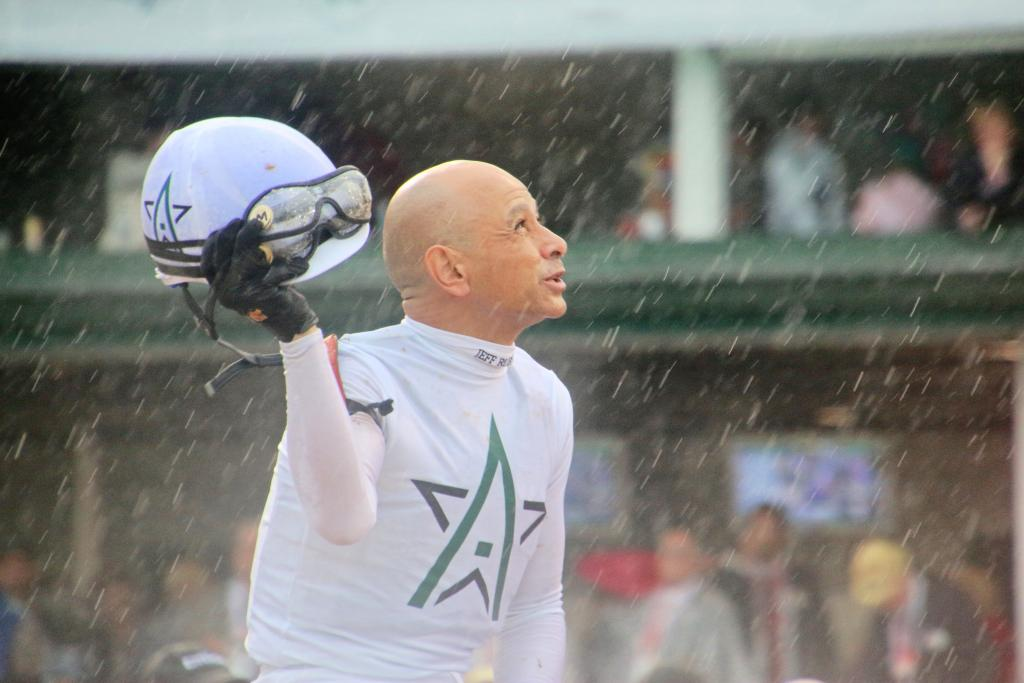 Hall of Fame jockey Mike Smith giving thanks after the derby win. (Julie June Stewart photo)
