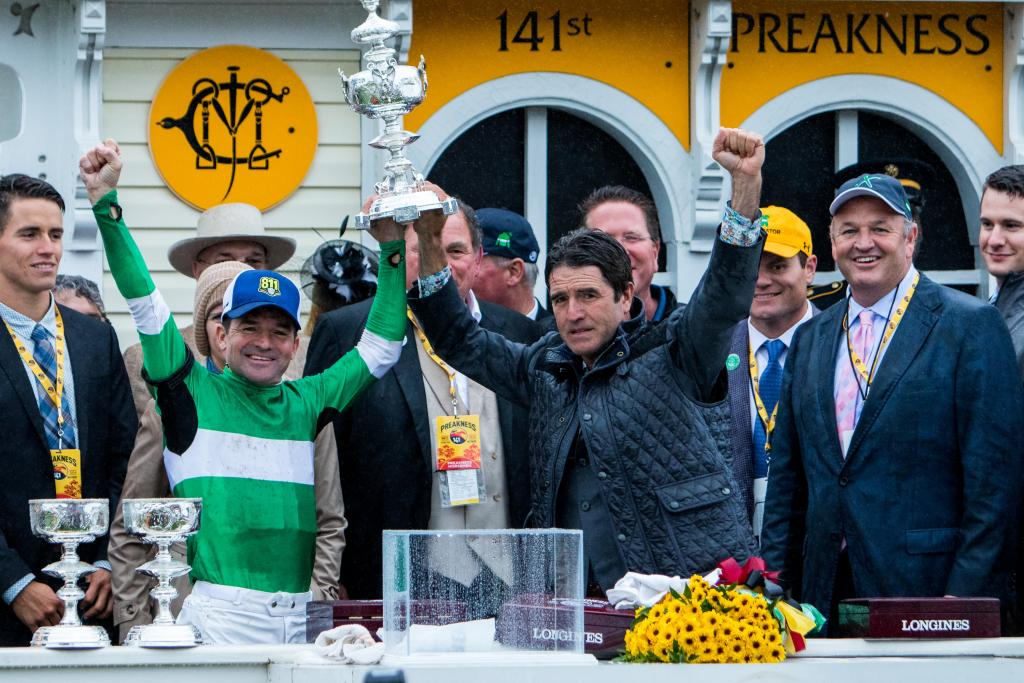 Brothers Keith and Kent Desormeaux celebrate their Preakness win. (Eclipse Sportswire)
