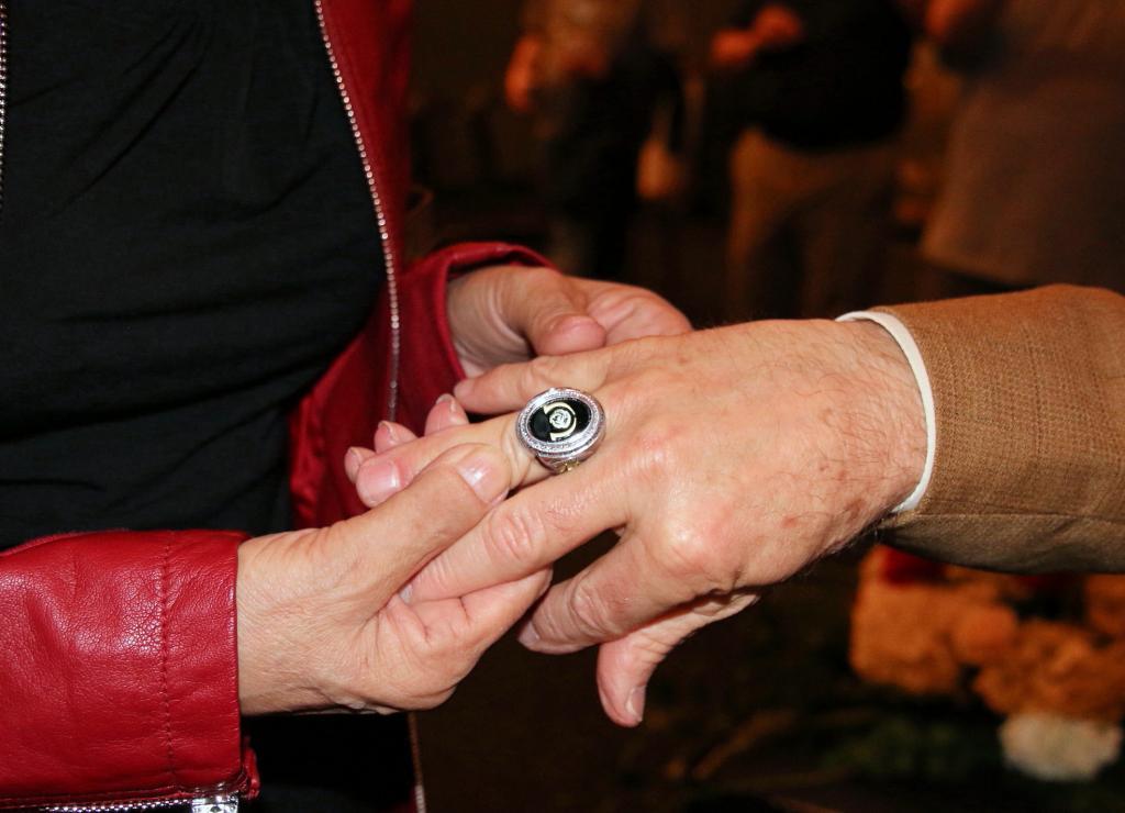 Mrs. Day admires Pat Day's Derby ring. (Julie June Stewart photo)