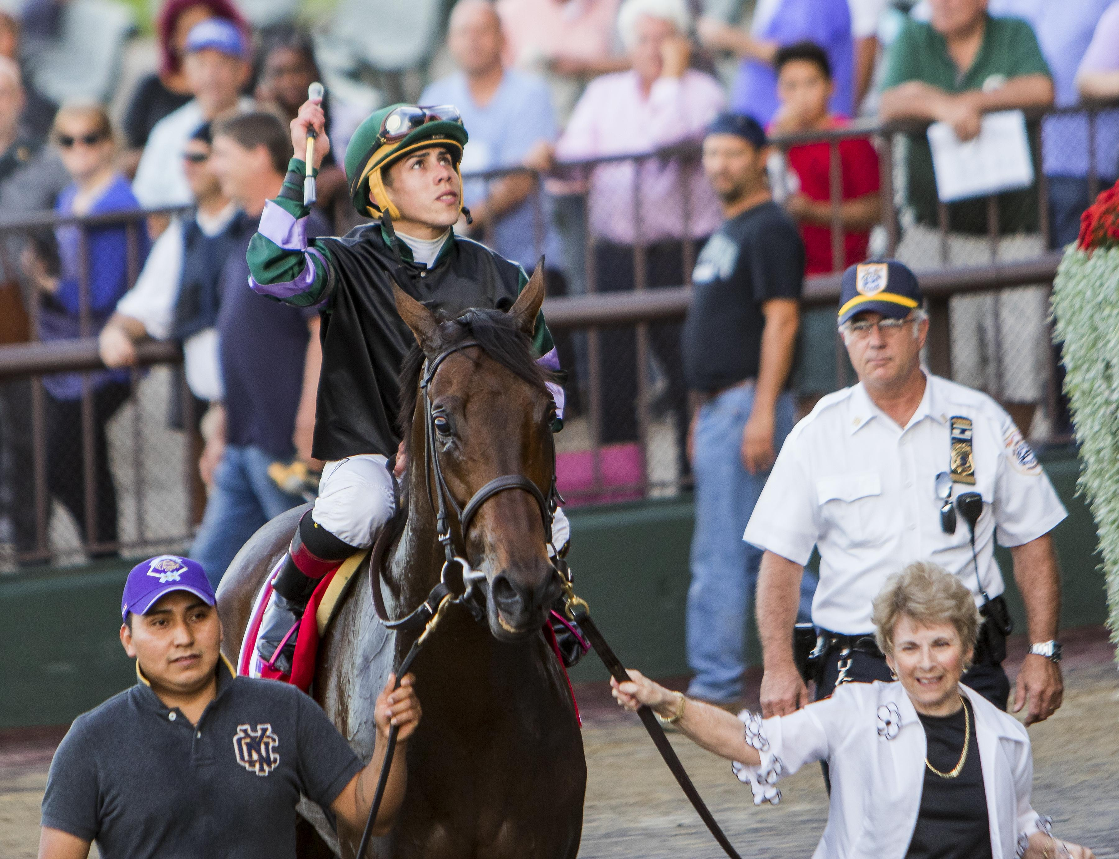 Evans' wife leads Diversify into the winner's circle.