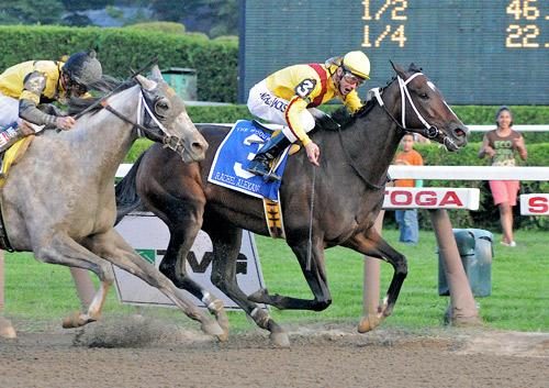 Rachel Alexandra holds off Macho Again in the Woodward.